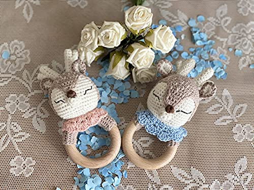 WOELKCHEN DESIGN - Reh Baby Rassel ROSA oder BLAU personalisiert mit Gravur, Holz Greifling mit Strick, gehäkelt Rehkitz, Mädchen, Geschenk zur Geburt