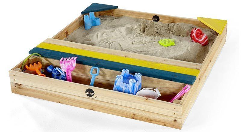 Sandkasten mit Spielzeugkiste